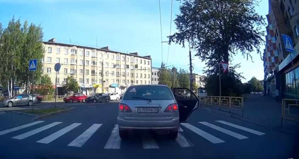 Пешеход очень необычным способом проучил водителя на переходе (видео)