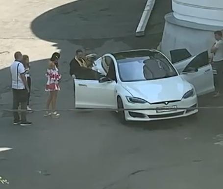 В соцсетях обсуждают видео освящения электромобиля Tesla
