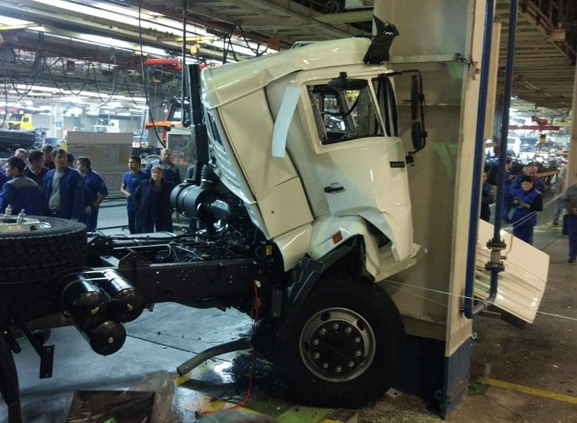 Новый КамАЗ разбили прямо в заводском цеху