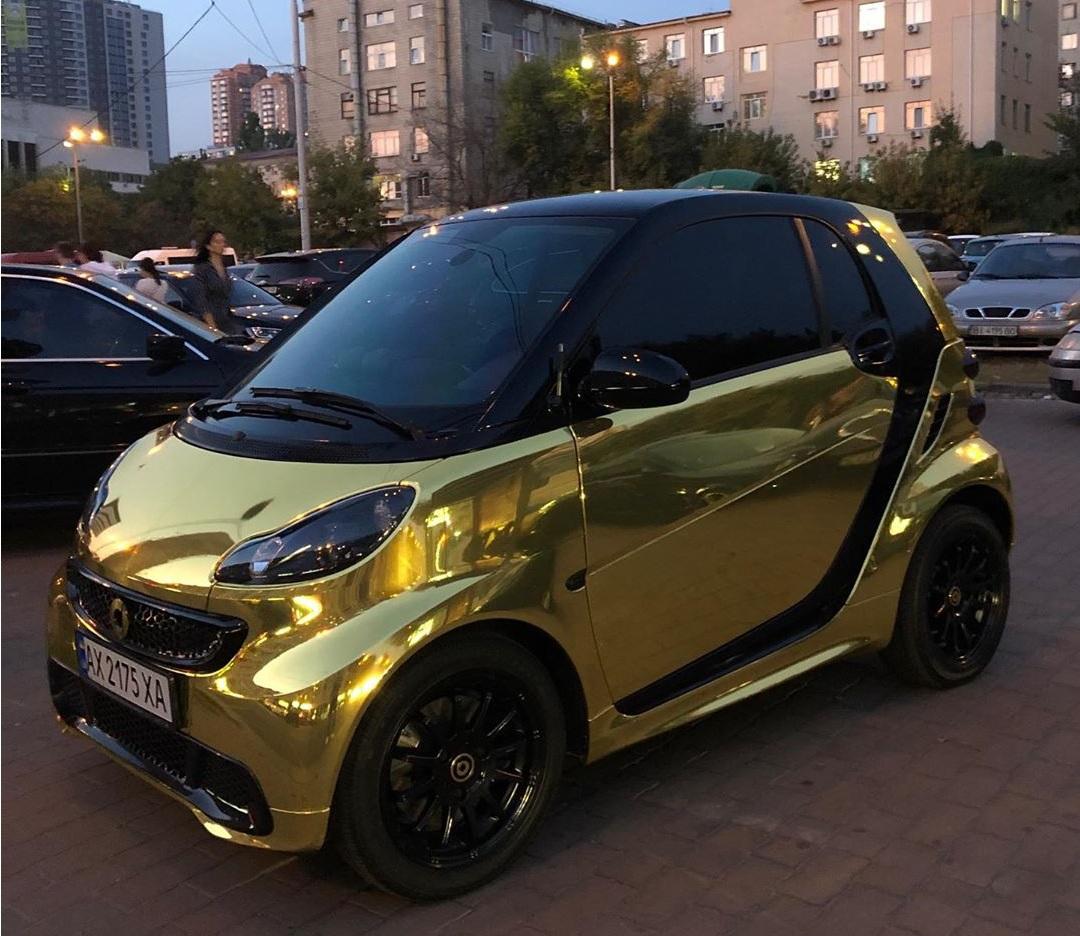 В Украине заметили необычный золотой электромобиль