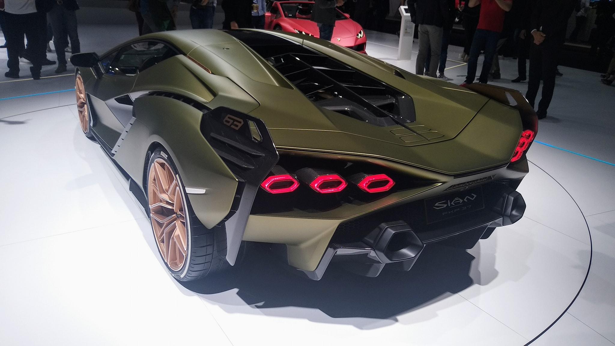 Живые фото и подробности самого быстрого суперкара Lamborghini