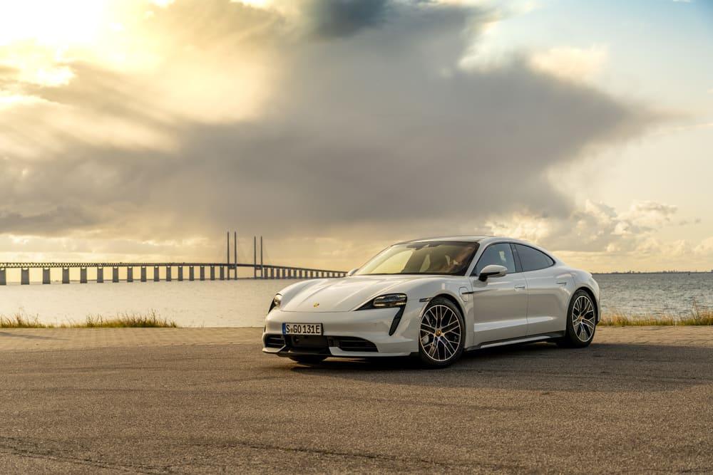 Объявлены украинские цены на первый электромобиль Porsche