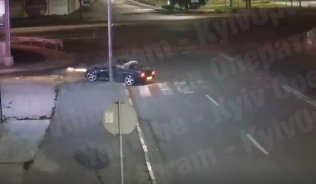 Спорткар BMW смог сам уехать после серьезного ДТП под Киевом (видео)