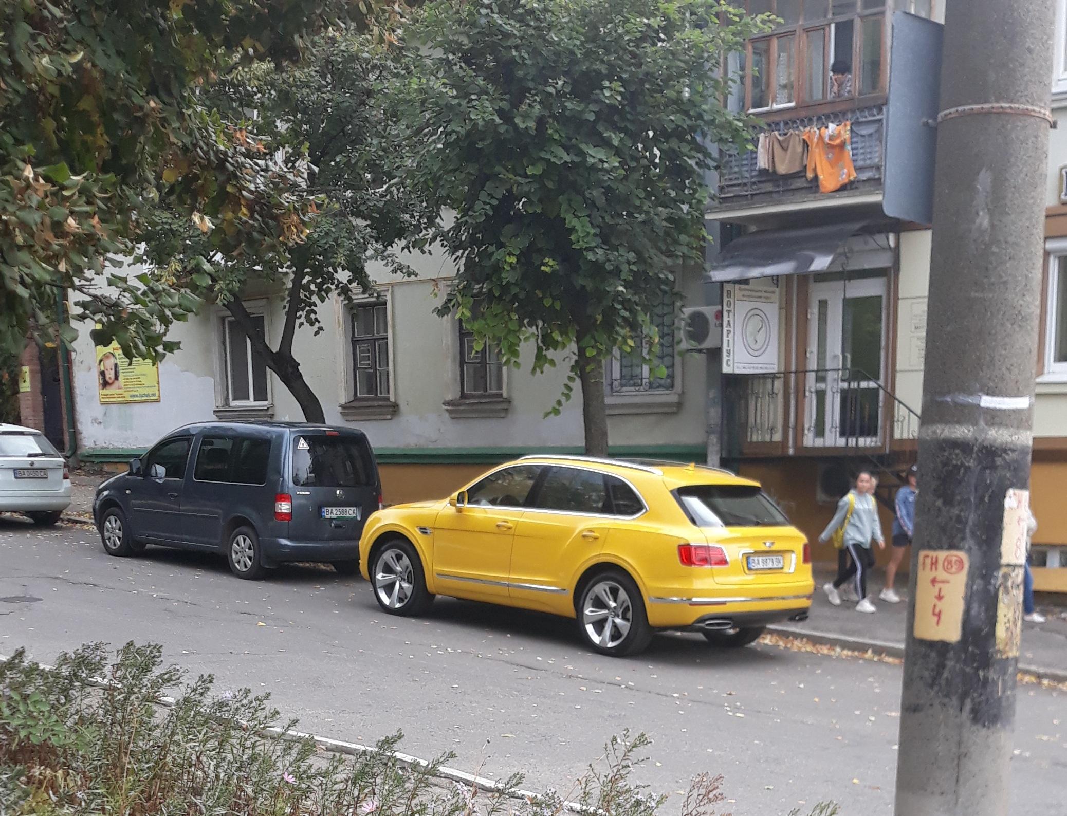 Элитный внедорожник Bentley засняли на фоне хрущевок в областном центре