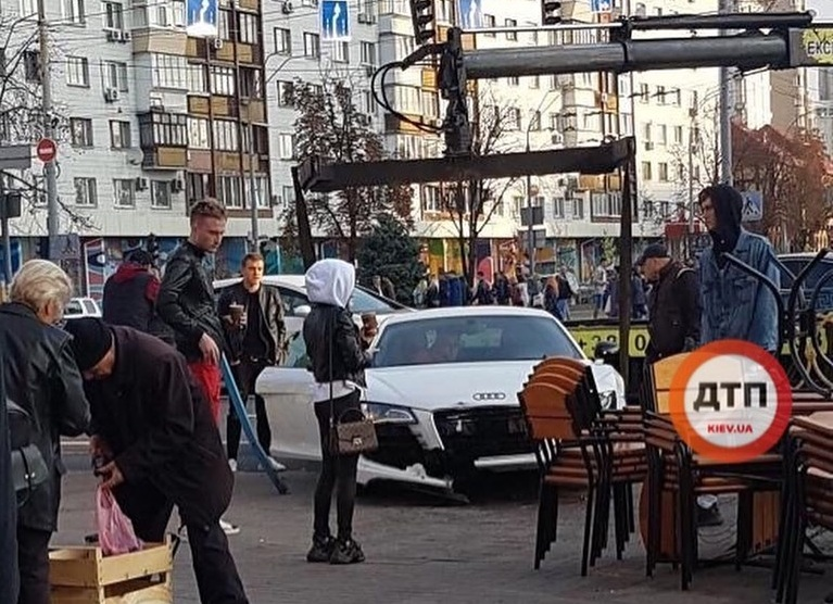 В центре Киева разбили мощный суперкар Audi (видео)