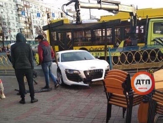 В центре Киева разбили суперкар Audi (видео)