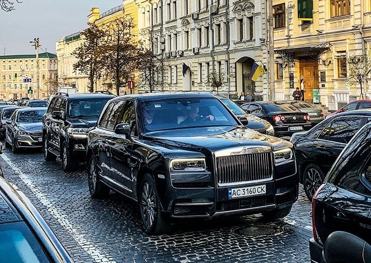 Новость одной картинкой: кортеж на 12 миллионов в Киеве