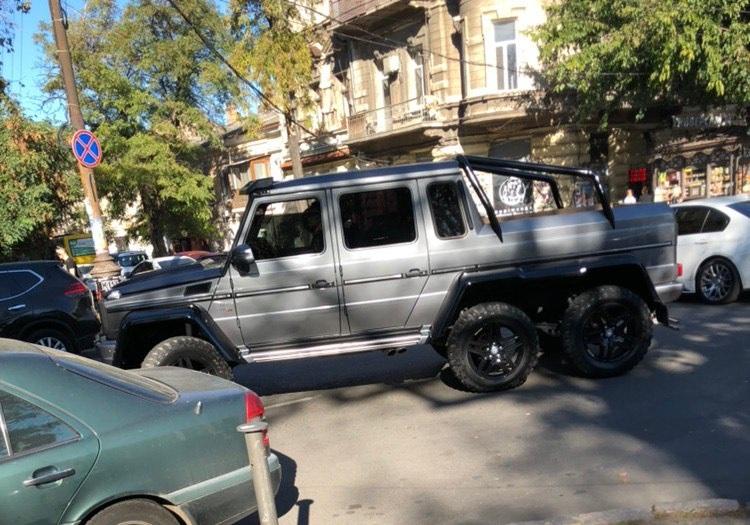Шестиколесный Гелендваген занесло в исторический центр Одессы
