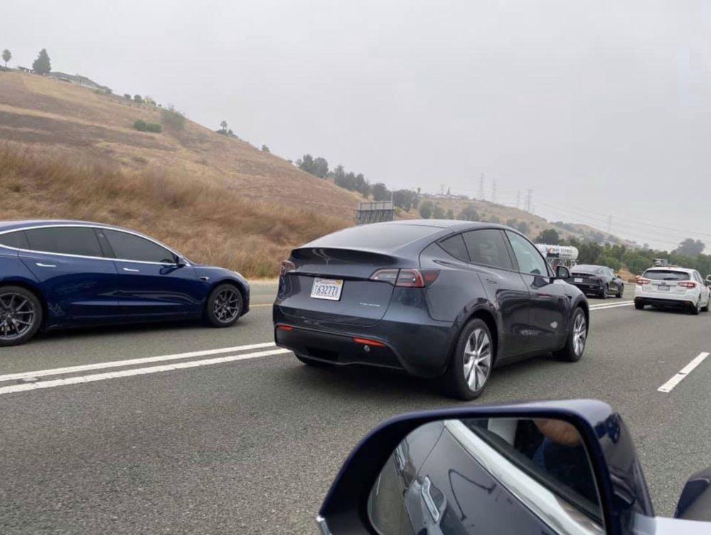 Новейший электрокроссовер Tesla впервые сняли на дорогах