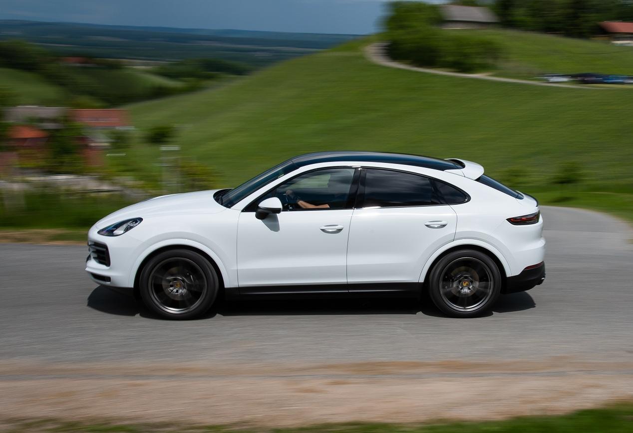 Новейший купе-кроссовер Porsche засняли в Украине