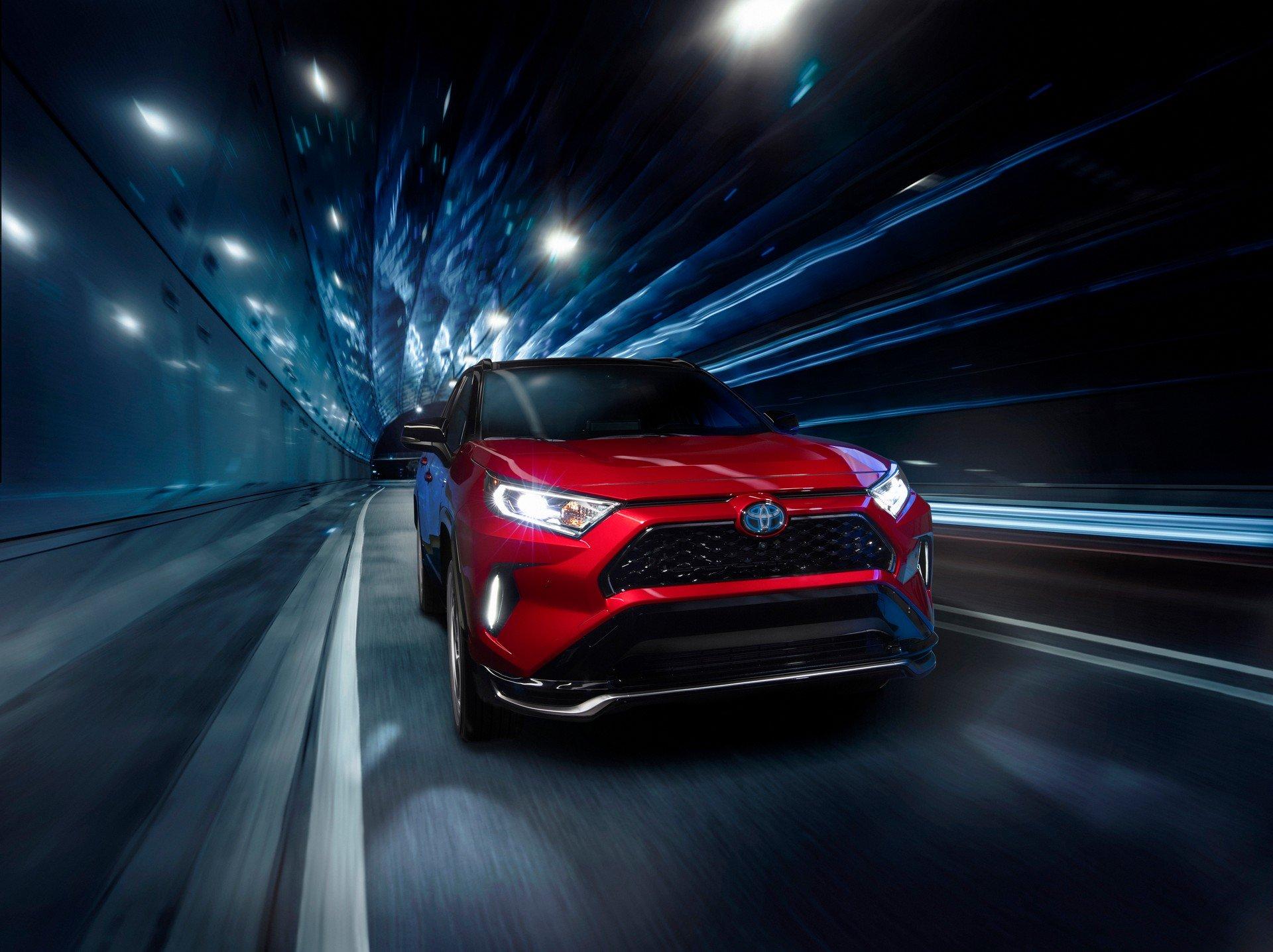 Топовая Toyota RAV4 2020 оказалась быстрее, чем VW Golf GTI
