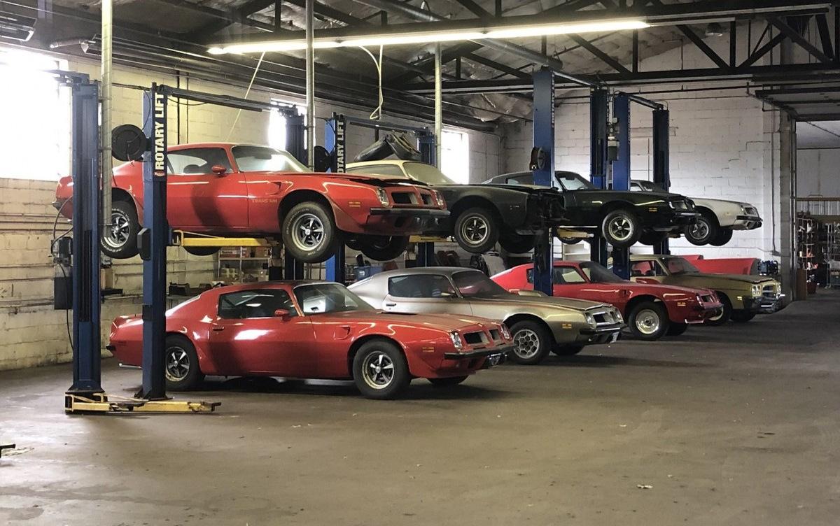 Крутые коллекционные масл-кары 20 лет простояли заброшенными в гараже