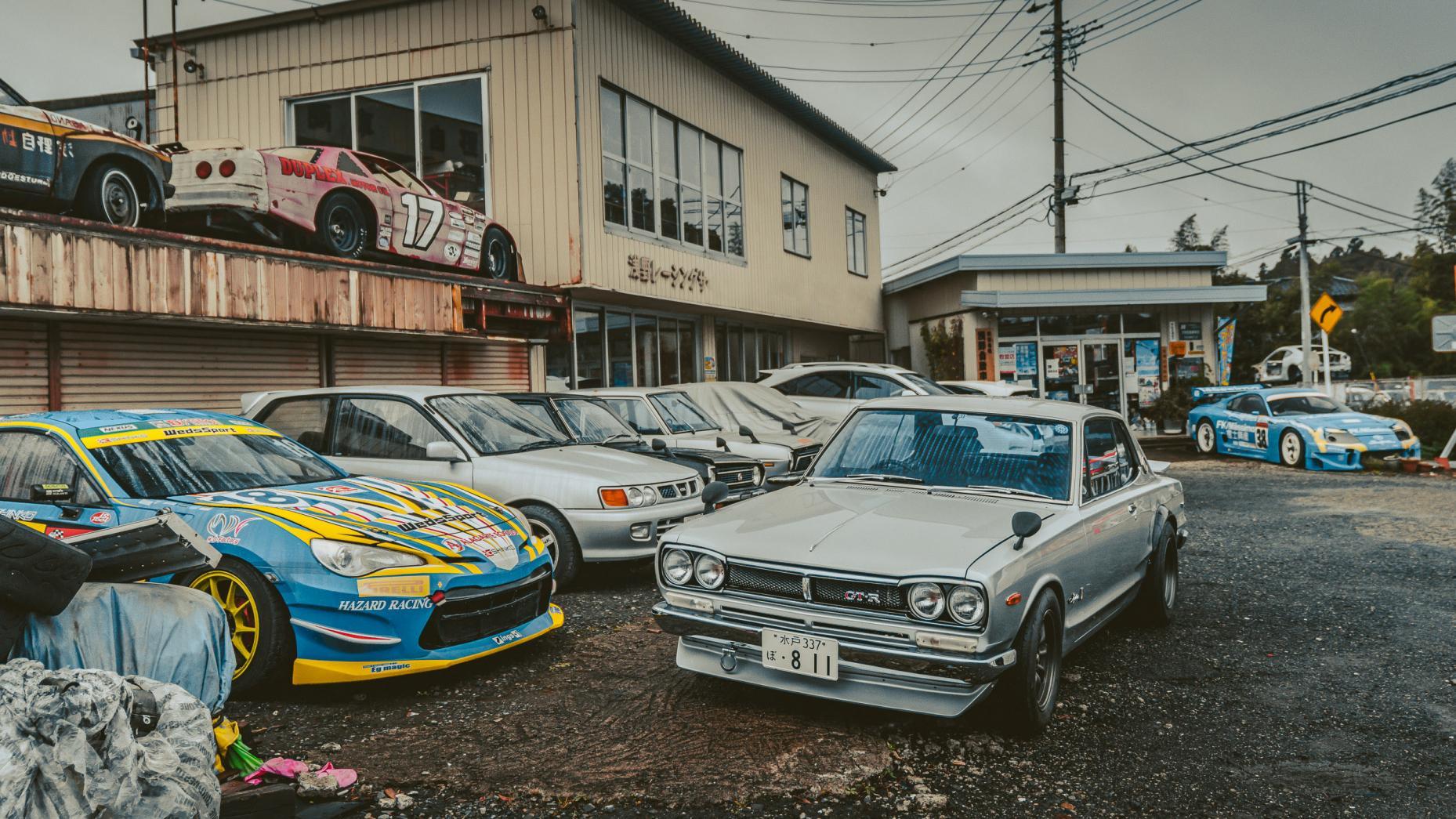 Мужские слезы: две сотни редких спорткаров ржавеют под открытым небом