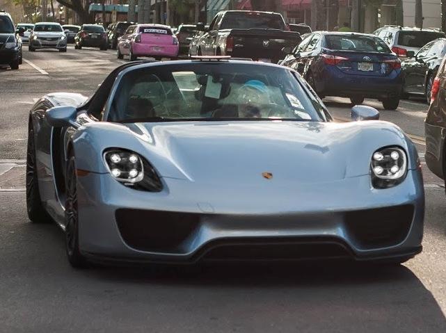 Это надо видеть: в США бабуля ездит в церковь на суперкаре Porsche 918