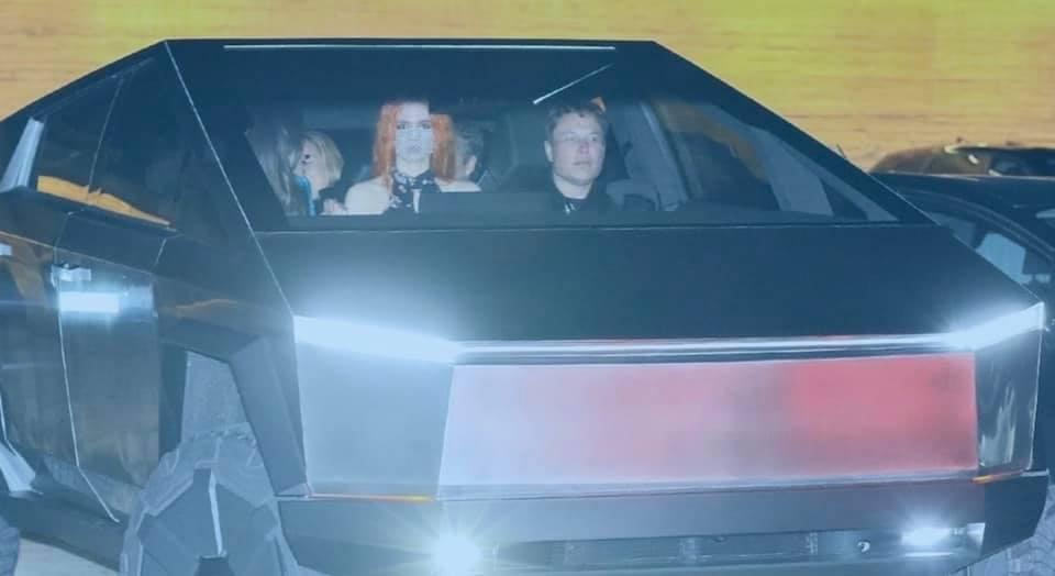 Илон Маск выгулял пикап Tesla Cybertruck посреди Голливуда