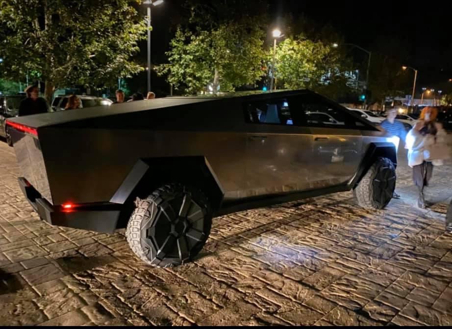 Илон Маск засветил новейший пикап Tesla Cybertruck на дорогах