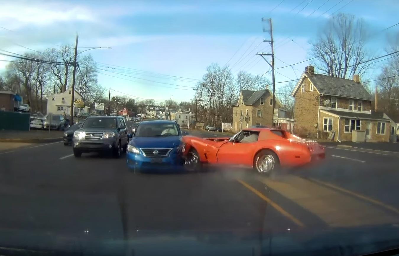Коллекционный американский спорткар разбили в эффектном ДТП (видео)