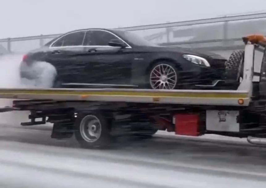 Картина маслом: мощный Mercedes-AMG жжет резину прямо на эвакуаторе