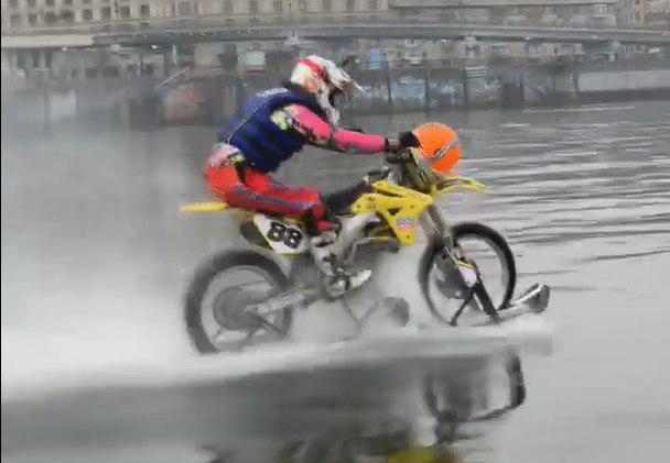 Украинец установил рекорд, проехав на мотоцикле по реке 5 километров (видео)