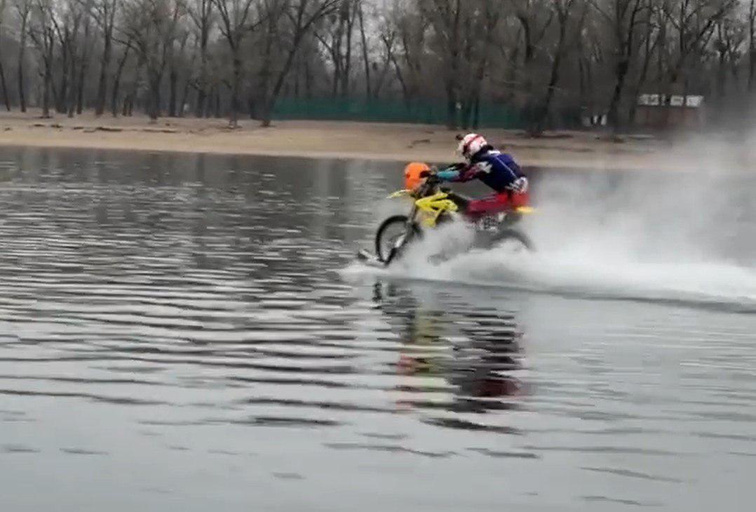 Украинец проехался на мотоцикле по реке больше 1 километра (видео)