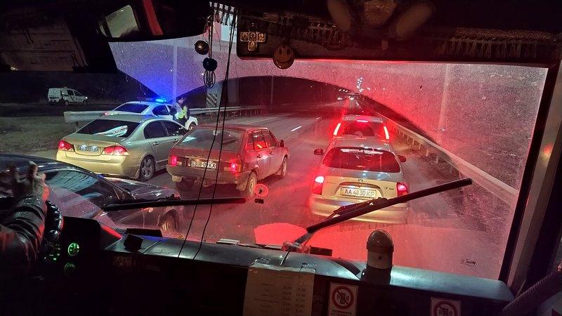 В Киеве перекрыли трассу из-за внушительного кортежа (видео)