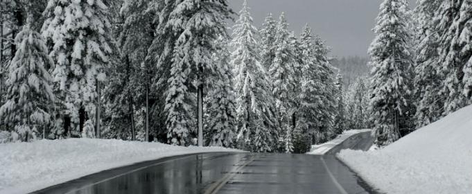 Черный лед на дороге: чем он опасен и как его определить
