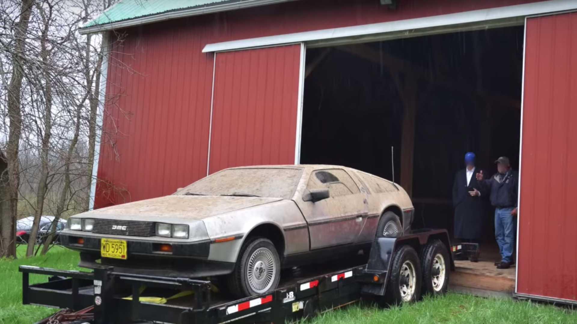 Яркий авто из культового фильма 30 лет простоял заброшенным в сарае
