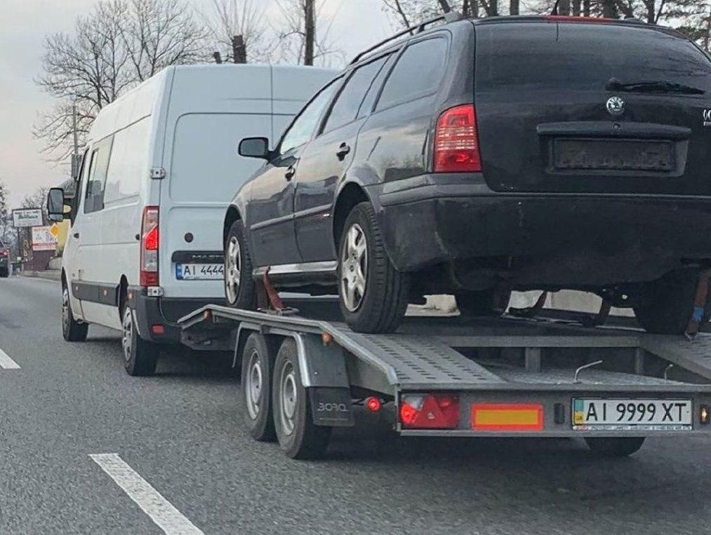 В Украине заметили странный автомобильный тандем с шикарными номерами
