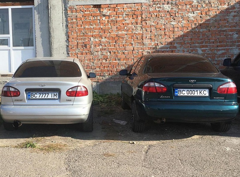 В Украине заметили парочку Ланосов с номерами по цене самих авто