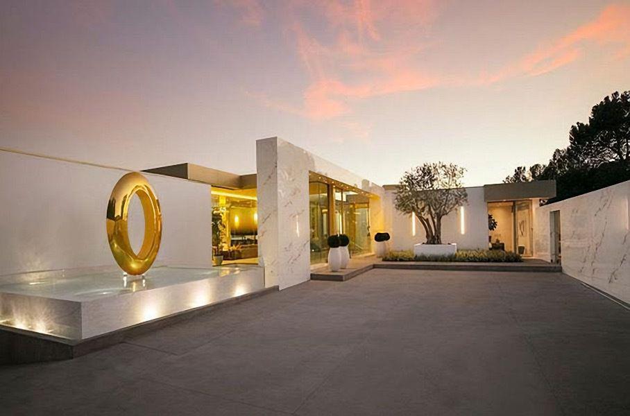 Олигархам на зависть: особняк с коллекцией золотых авто за $80 миллионов