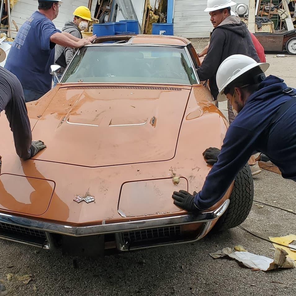 Мужские слезы: взрыв уничтожил мастерскую с редкими Corvette