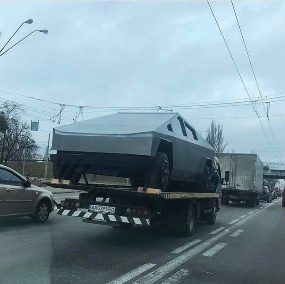 На украинских дорогах заметили пикап Tesla Cybertruck