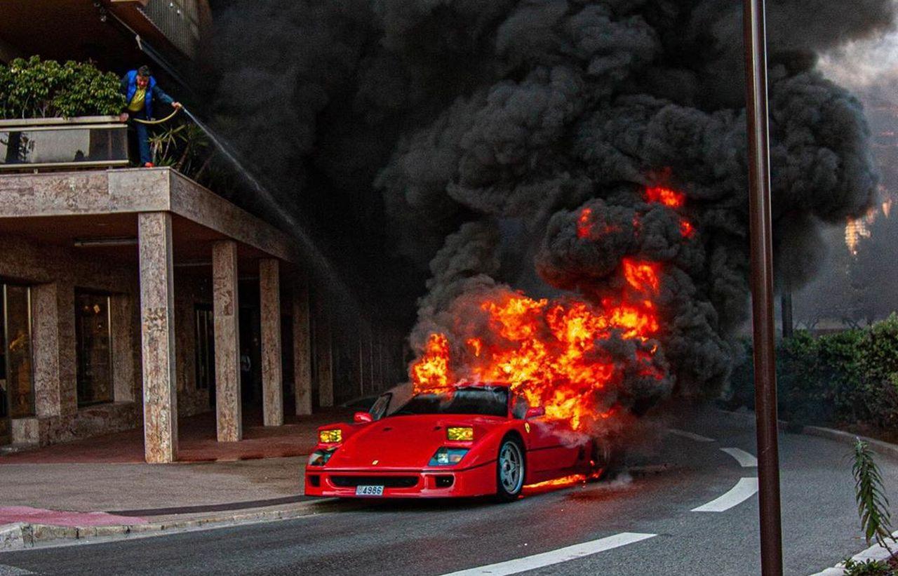 Редчайшая Ferrari F40 сгорела дотла прямо посреди дороги (видео)