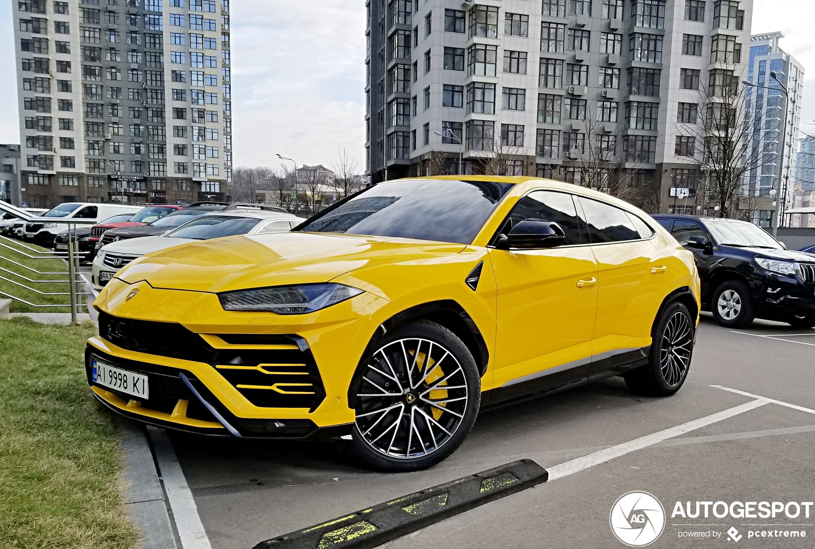 В Киеве засветились сразу два кроссовера Lamborghini