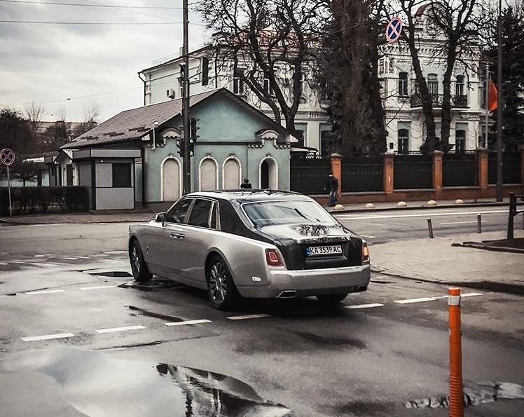 Возле дома Зеленского сфотографировали новый Rolls-Royce Phantom