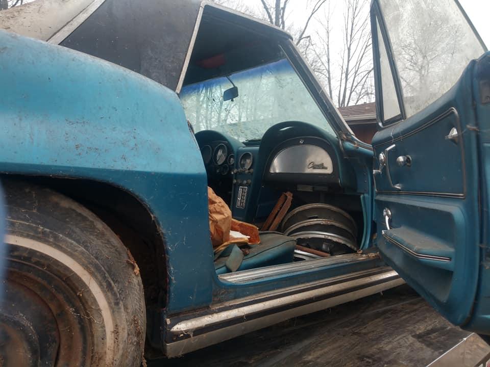 Коллекционный Corvette полвека простоял заброшенным среди куч мусора