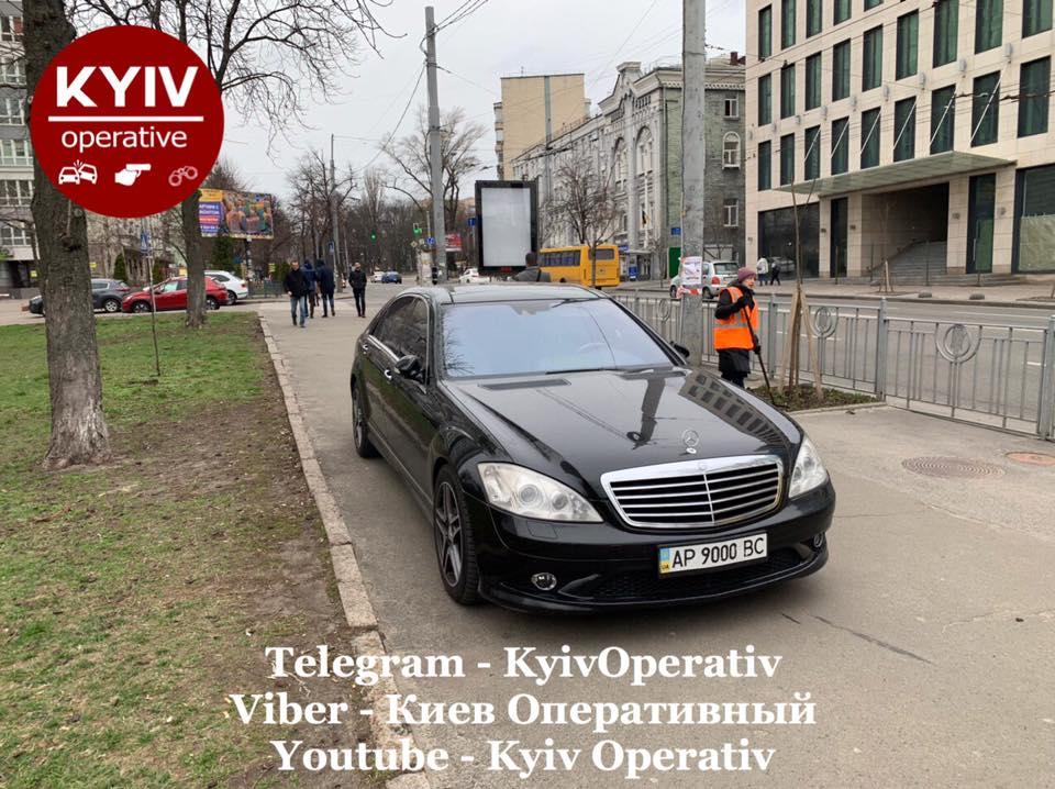 В Киеве жестко проучили героя парковки на Mercedes S-Class