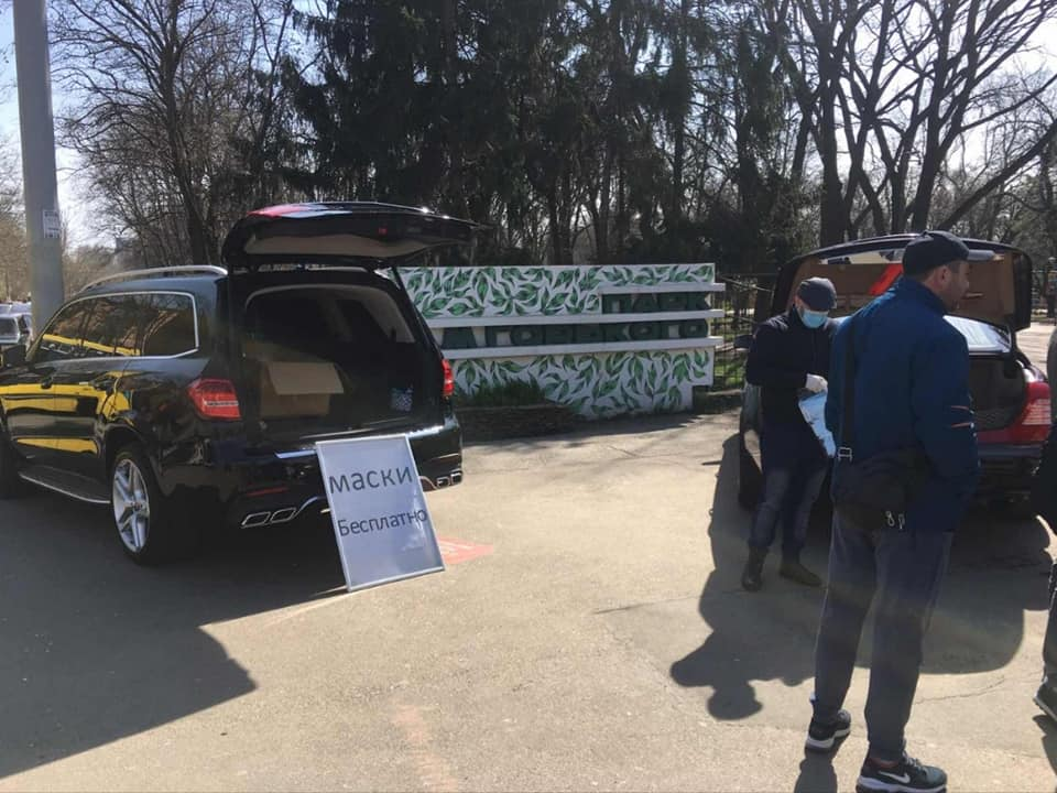 В Украине с Майбаха и Мерседеса бесплатно раздавали защитные маски