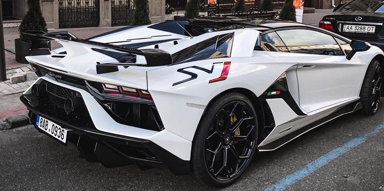 В Киеве засняли яркий лимитированный суперкар Lamborghini