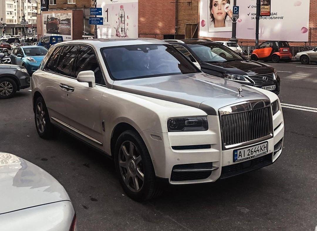 В Киеве заметили алмазный внедорожник необычного окраса