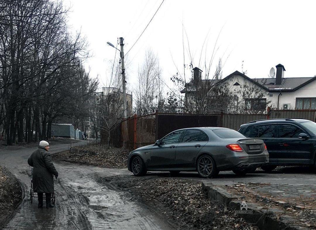Новость одной картинкой: 600-сильный Mercedes-AMG среди грязи и болота