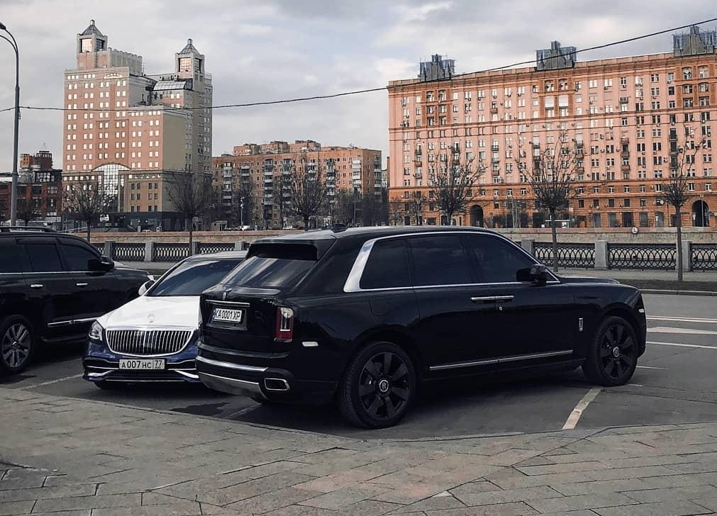 Внедорожник Rolls-Royce на киевских номерах засняли за границей
