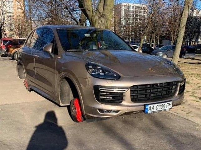 Владельцы дорогих авто в Украине остались без колес из-за карантина