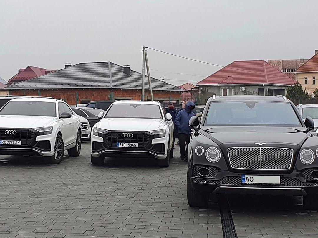 В украинском селе засняли парковку с элитными авто на полмиллиона долларов