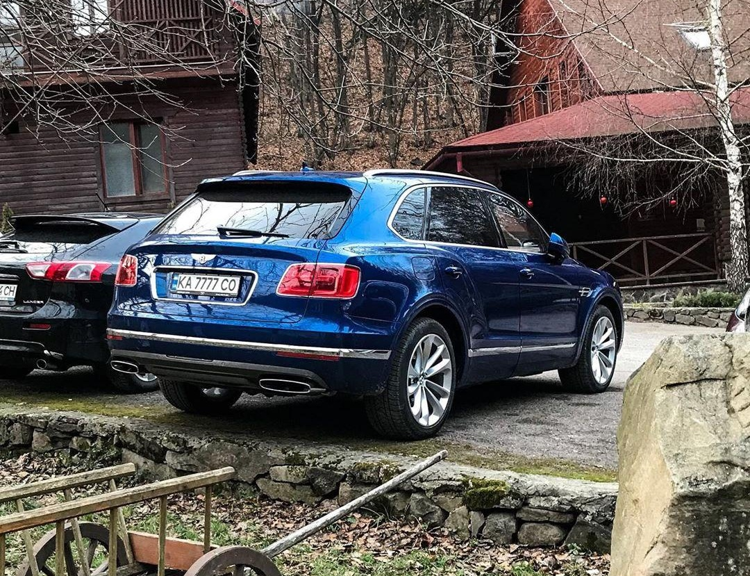 В карпатском селе засветился дорогой внедорожник Bentley