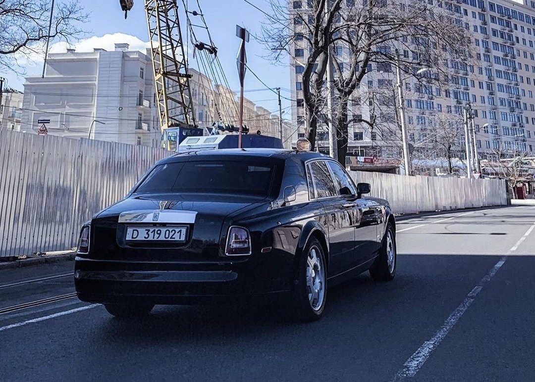 На пустых одесских улицах засняли дипломатический Rolls-Royce