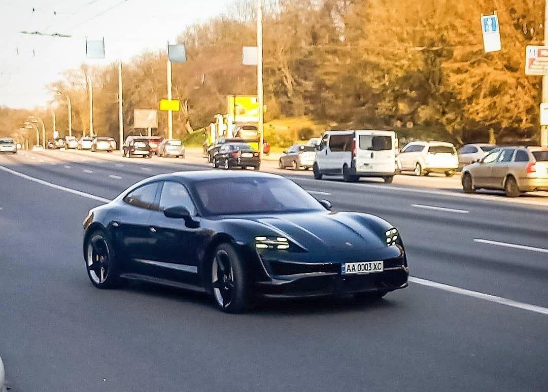 На украинских дорогах заметили новейший электромобиль Porsche Taycan