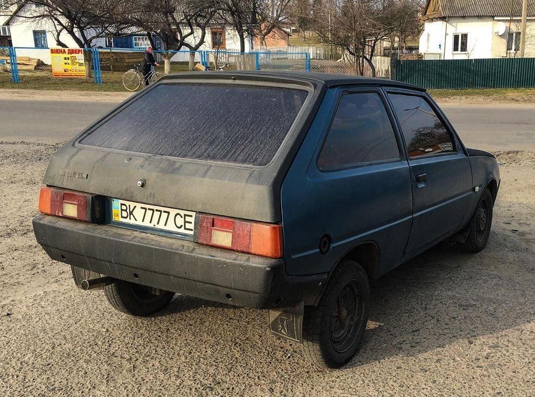 В украинском селе засняли Таврию с крутыми номерами дороже самого авто