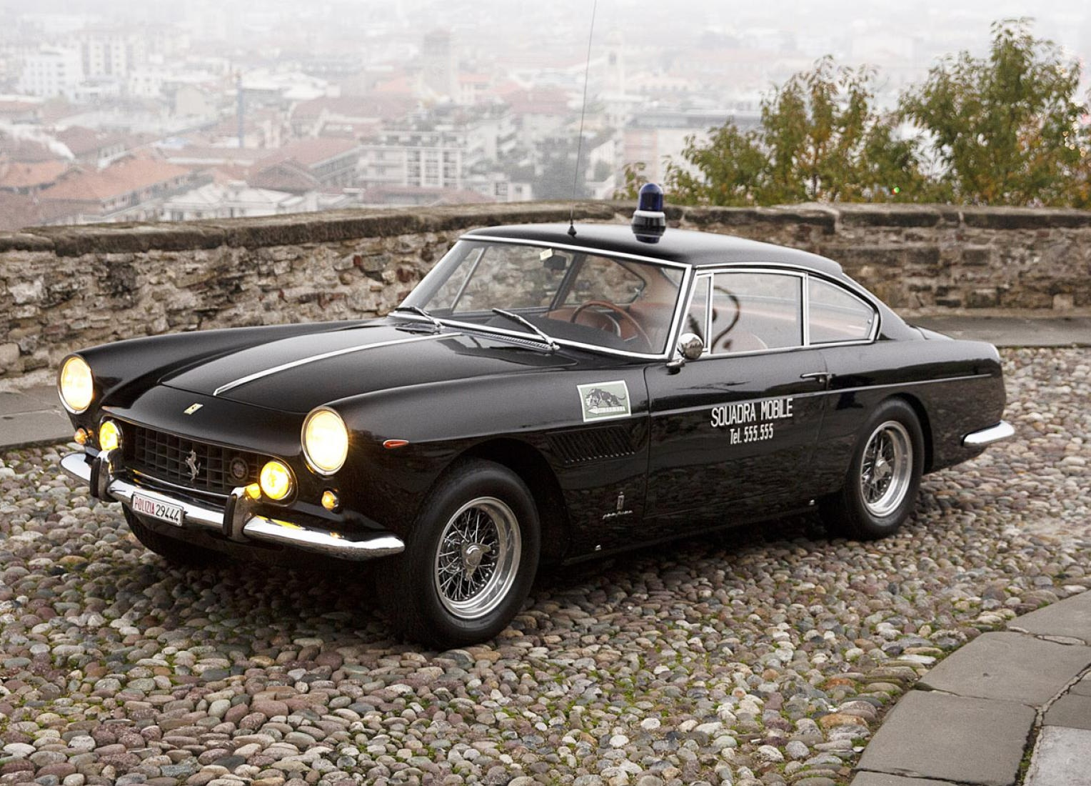 На продажу выставили уникальный полицейский суперкар Ferrari