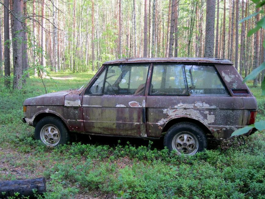 В лесу обнаружили заброшенный Range Rover на советских номерах